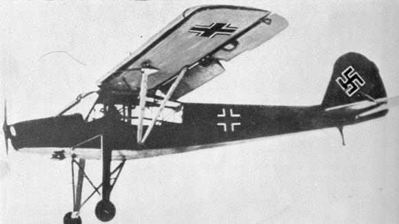 Avioneta modelo Fieseler Fi 156, idéntica a la empleada en la Operación Roble para evacuar a Mussolini. Fuente: Dominio público (Wikimedia Commons).
